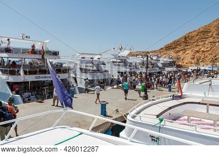 Sharm El Sheikh, Egypt - June 7, 2021: Luxury Yachts Waiting Tourists At A Pier In The Bay Of The Re