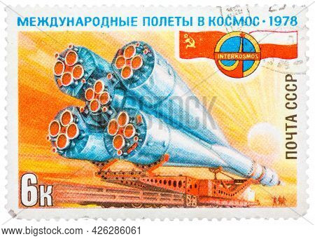 Ussr - Circa 1978: A Stamp Printed In Ussr, International Flights Into Space, Intercosmos, Delivery