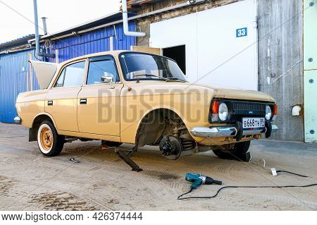 Novyy Urengoy, Russia - June 30, 2021: Soviet Retro Car Izh Moskvitch 412 Near The Tyre Service.