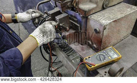 Electricient Use Voltmeter To Measure The Voltage Of Welding Machine, Maintenence Are Checking The F