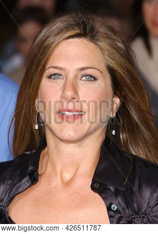 LOS ANGELES - MAY 14: Jennifer Aniston arrives to  ÔBruce AlmightyÕ World Premiere on May 14, 2003 in Hollywood, CA