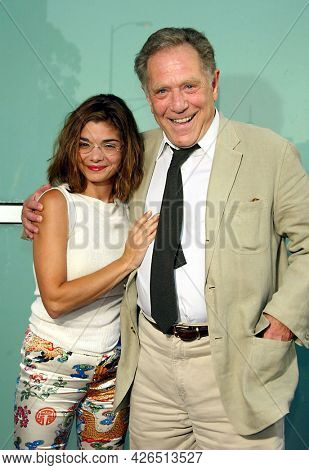 LOS ANGELES - SEP 03: Laura San Giacomo and George Segal arrives to  the 'Dickie Roberts: Former Child Star' World Premiere on September 03, 2003 in Hollywood, CA