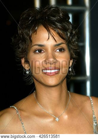 LOS ANGELES - NOV 02: Halle Berry arrives to  the 'Die Another Day' Hollywood Premiere on November 02, 2002 in Los Angeles, CA