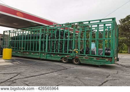 Augusta, Ga Usa - 04 29 21:  Back View Of A Green Cage Trailer On A Semi Truck With Black Plastic Tu