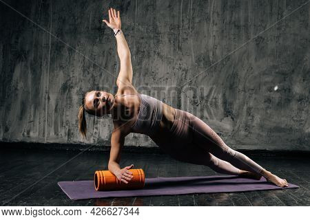 Muscular Young Athletic Woman With Perfect Beautiful Body Wearing Sportswear Doing Side Plank Pose U