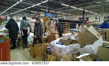 St. Petersburg, Russia - December, 2019: Bankruptcy Of Supermarket, Largest Retailer. Clutter, Trash
