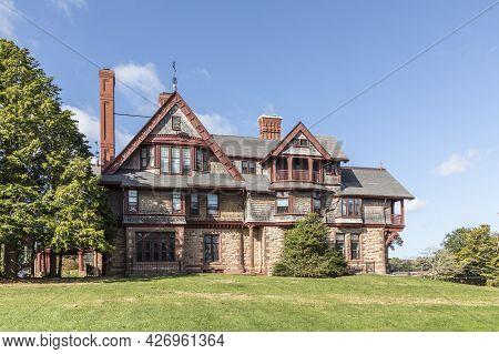 Newport, Usa - September 23, 2017: Old   Mansion In New Victorian Style At The Coast Of Newport, Rho