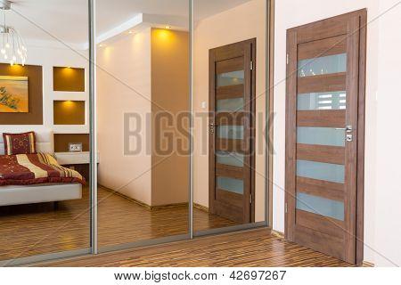Moderne Master Bedroom Interior mit Bild von Schiffbruch an der Wand (Foto aus meiner Galerie)