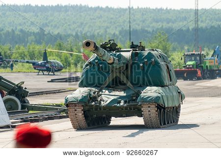 Msta-S 152 mm howitzer 2S19 in motion. Russia