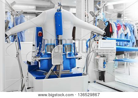 Automatic machine for steam Ironing clothes at the dry cleaners