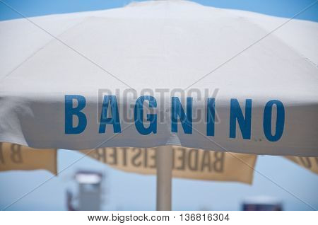 Bagnino written on a parasol that indicates the presence of the lifeguard