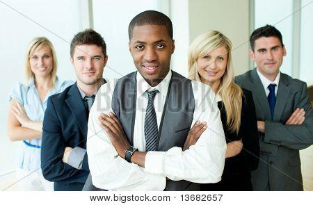 Uomini d'affari, guidato da un uomo in un ufficio