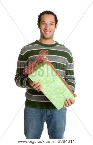 Hombre que sostiene el regalo de Navidad
