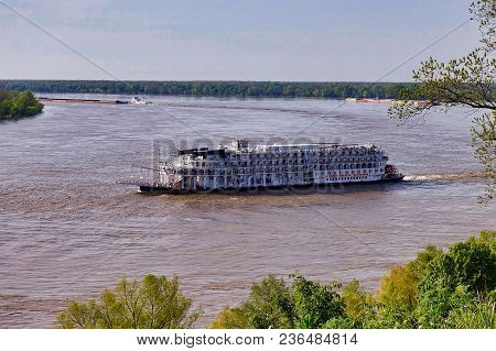 Vicksburg, Usa, 2018.04.11.: The Cruise Ship American Queen Is Heading South From Vicksburg To Natch