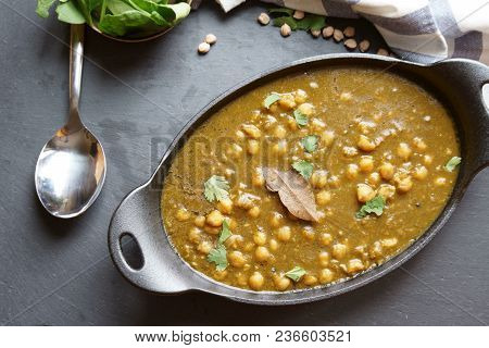 Chola Palak - A Vegan, Gluten Free Indian Curry Made Of Garbanzo Beans And Spinach Leaves Cooked Wit