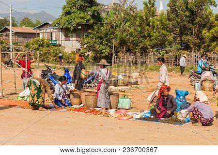 Inle Lake, Myanmar-december 20, 2015. Sellers Selling Their Goods And Buyers Looking What To Buy At