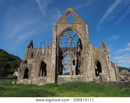 Tintern Abbey (abaty Tyndyrn) In Tintern