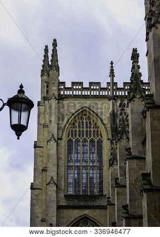 Bath, Somerset, Uk - December 1: Bath Abbey With Vintage Street Lamp On 1 December 2019 In Bath, Som
