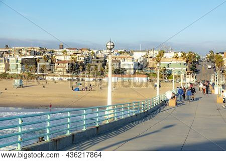 Manhattan Beach, Usa - March 3, 2019: People Enjoy The Sunset At Scenic Beach And Pier At Manhattan