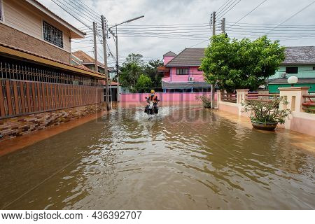 20,sep,2021,lopburi Thailand,cars Driven On Roads Flooded During The Worst Floods In A Decade In Tha