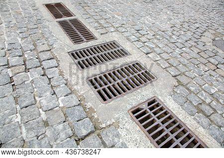 Cobbleston Granite Stone Road With Drainage Grates For Storm Water Drainage Urban Streets Improvemen