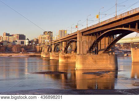 Novosibirsk, Siberia, Russia-10.10.2019: Arch Bridge Over The Ob River In Novosibirsk. Car Arched Br