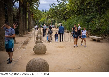 Barcelone, Spain - September 23, 2021: People And Their Families Walking In A Famous Park And Enjoyi