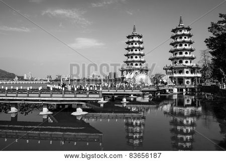 Kaohsiung - Taiwan: Kaohsiung's famous tourist attractions - Lotus Pond many Chinese tourists to vis