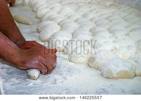 Un Kaplı tezgah üzerinde fırıncı ustası tarafından hazırlanan ekmek hamurları