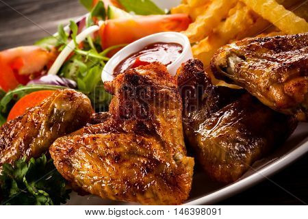 Grilled chicken nuggets, chips and vegetables