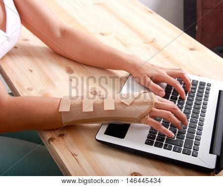woman working with computer with carpal tunnel
