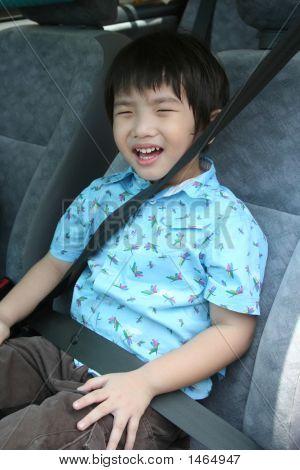 Niño con el cinturón de seguridad