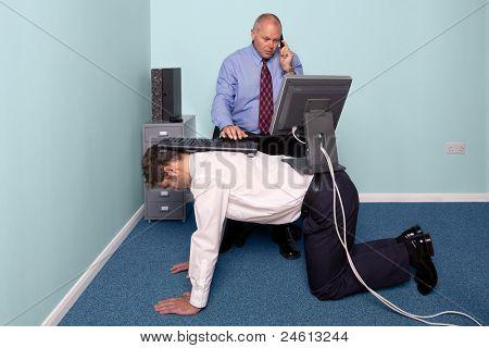 Foto eines Unternehmers mit einem Werk erleben Sie Mitarbeiter für seinen Schreibtisch