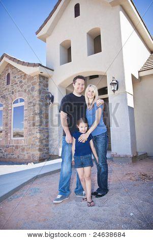 Familia construyendo una casa nueva (en construcción)
