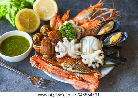 Steamer Food Served Seafood Buffet Concept / Fresh Shrimps Prawns Squid Mussels  Spotted Babylon She