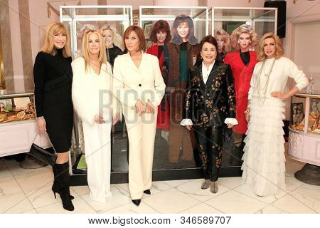 LOS ANGELES - JAN 18: Leeza Gibbons, Joan Van Ark, Michele Lee, Donelle Dadigan, Donna Mills at the Hollywood Museum for the 40th Anniversary of