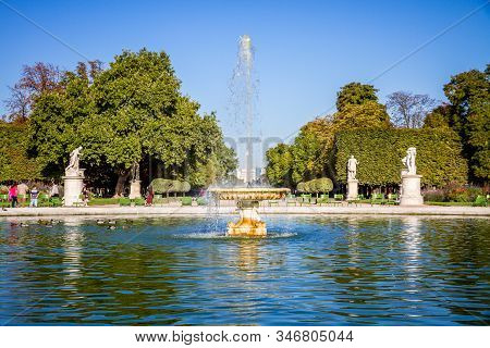 Paris/france - September 10, 2019 : Tuileries Garden Pond, Obelisk And Triumphal Arch In Paris, Fran
