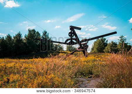 Frederik Meijer Gardens- Grand Rapids, Mi /usa - September 4th 2016: Large Steel Beam Statue In A Fi