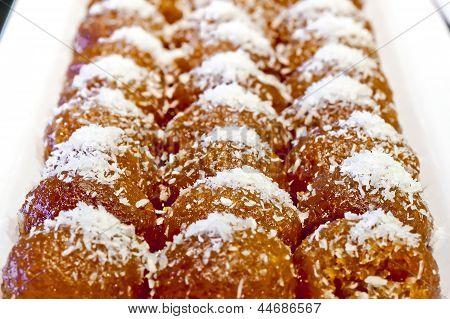 Hindistan cevizi ile tepesinde bal kek