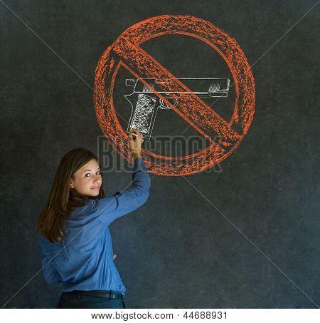 Sem armas pacifista mulher de negócios, estudante, professor ou político no fundo do quadro-negro