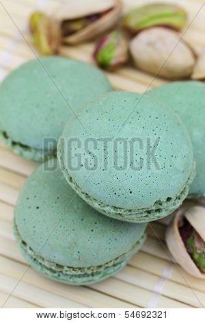Pistachio macaroons and pistachio nuts