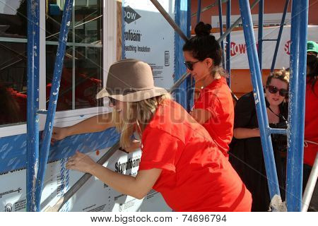 LOS ANGELES - OCT 25:  Kristen Bell at the Habitat for Humanity build by Showtime's