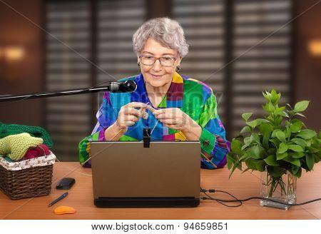 Beginner knitter in front of laptop