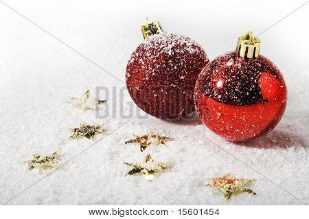 Rote Weihnachtskugel auf Schnee