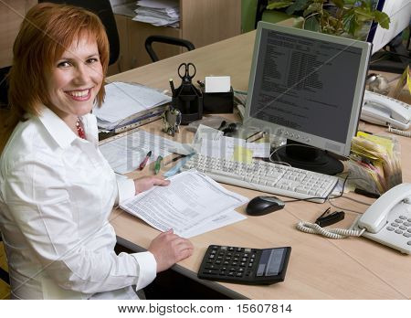 Frau führender Spezialist an ihrem Arbeitsplatz