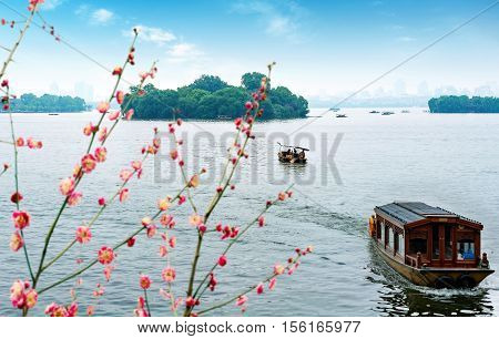 China Hangzhou West Lake Scenic Area visitors are to play.