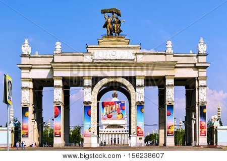 Moskau, Russia - July 22, 2016: The main entrance to VDNKh. VDNH park in Moscow, Russia