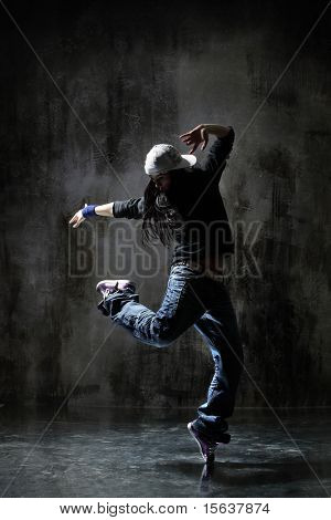 modern Style Dancer posing on dirty Grunge hintergrund