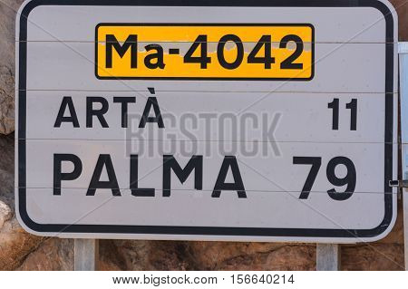 Road sign in Spain. Give the distance to the places Arta and Palma. Recording in Mallorca Spain. Caption in Spanish.