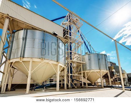 Industrial ventilated flat-bottomed silos for long term storage of grains and oilseeds